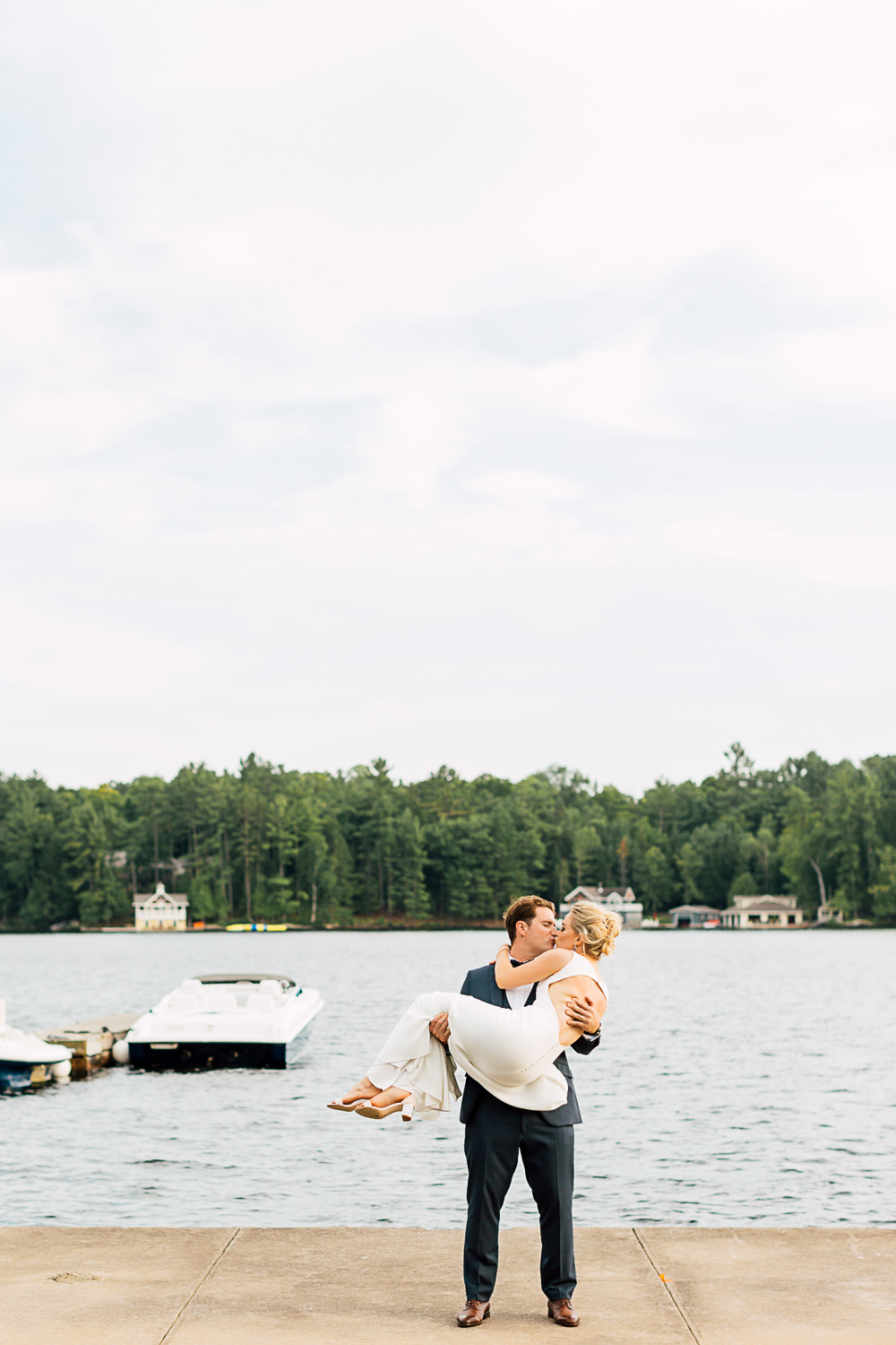 muskoka wedding portrait kiss